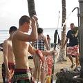 写真: ワイキキ・クヒオビーチ 獲物を手に