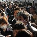 Photos: ホームの雑踏、水戸駅に戻る 常磐線、勝田まで再開