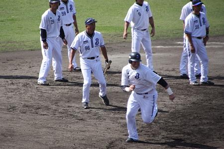 走塁練習するハーパー