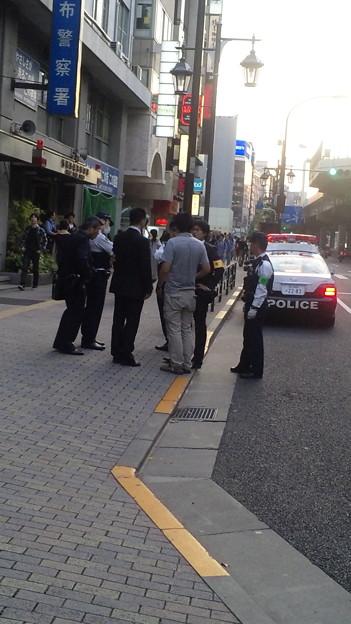 麻布署前で日本語通じないアジア系外国人拘束。 #minsyu #seiji #senkaku