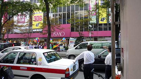 COSMO 前。反対側の路傍でタクシー運転手二人が何か話しながら行進を眺めている。