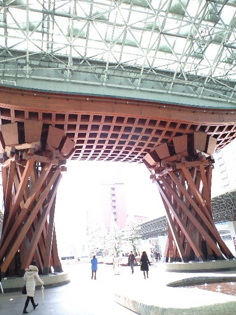 金沢駅前の巨大な門