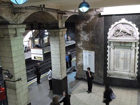 古めかしい駅