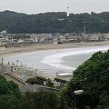 写真: 成就院の階段から由比ケ浜を見る