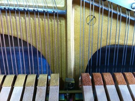 電気ピアノ内部 弦およびハンマー付近