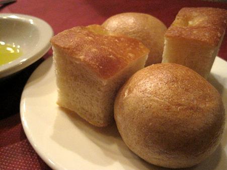 自家製のパンを食べさせてくれる
