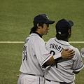 写真: そっと肩を抱く阿部・・・は間違いで星。