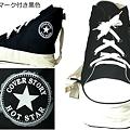 写真: ロゴマーク付き黒色 スニーカー型ショルダーバッグ