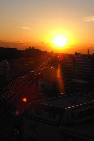 線路の彼方に落ちる陽