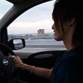 写真: 彼氏の車の助手席に乗って運...