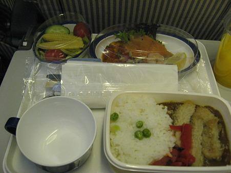 機内食はカツカレー