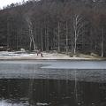 神秘の湖を散歩する人